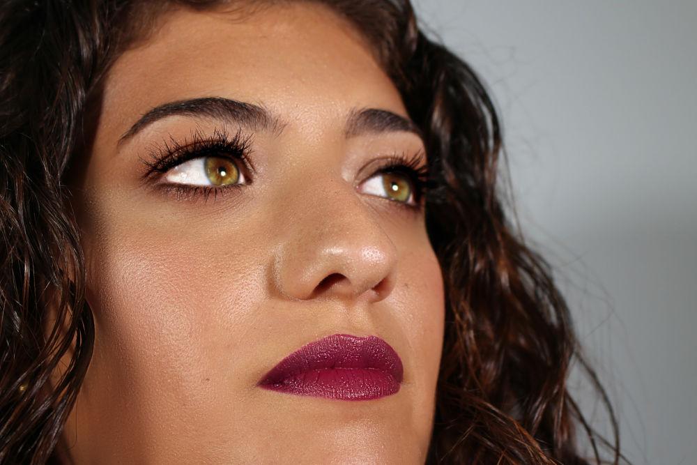 Maquillaje con piel luminosa y natural